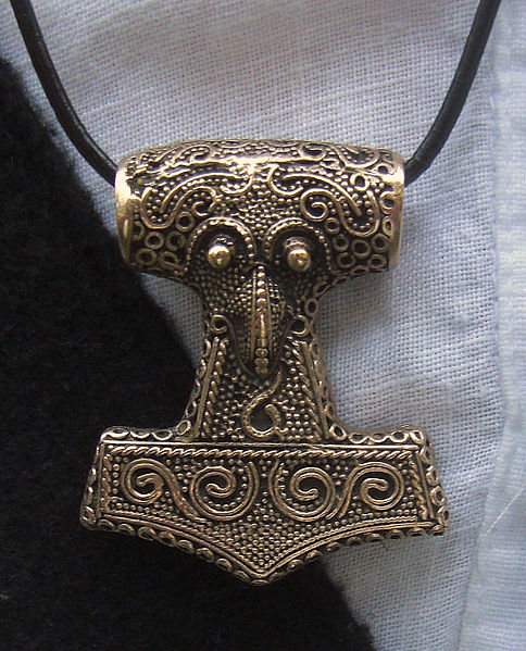 Amulet_Thor's_hammer_(copy_of_find_from_Skåne)_2010-07-10