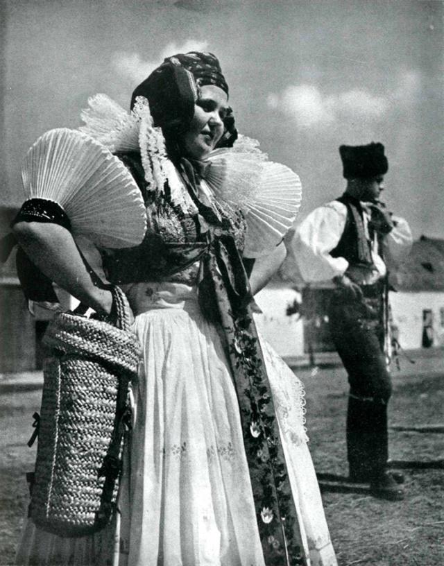 02_Жительница Ганы (регион в Моравии, Чехия) в народном костюме 1860 г. Середина ХХ века.