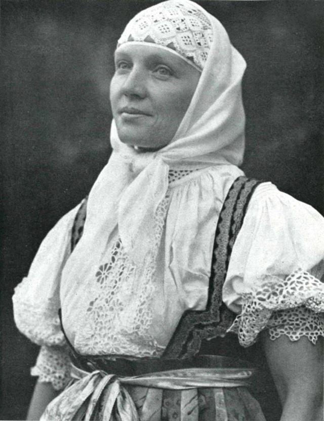 03_Женщина в народном костюме из окрестностей Яблунково (Чехия). Середина ХХ века.