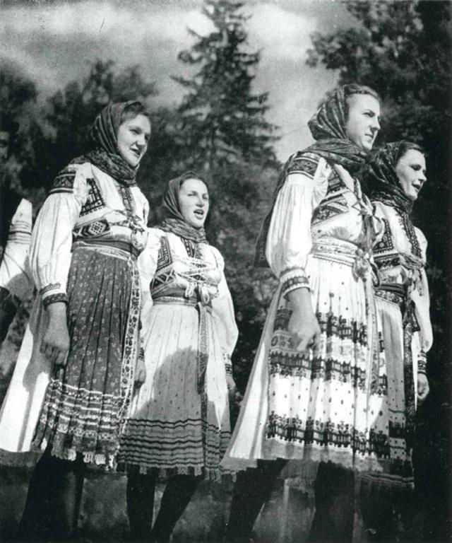 05_Девочки из Копанице (Моравия) в народных костюмах. Фото середины ХХ века