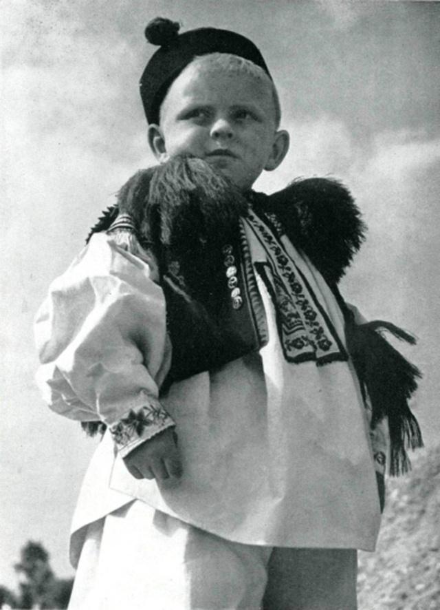 07_Мальчик из Вишнов (Моравия) в народном костюме.