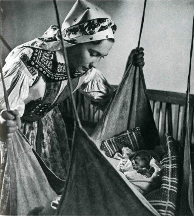 08_Мать возле колыбели. Яворник (Чехия)