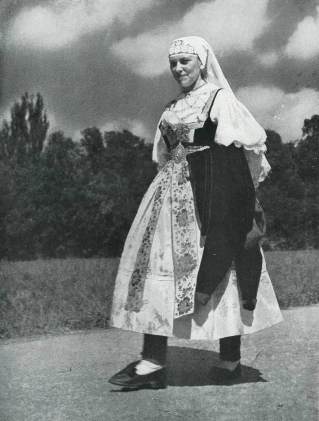 13_Женщина в костюме области Tesin.