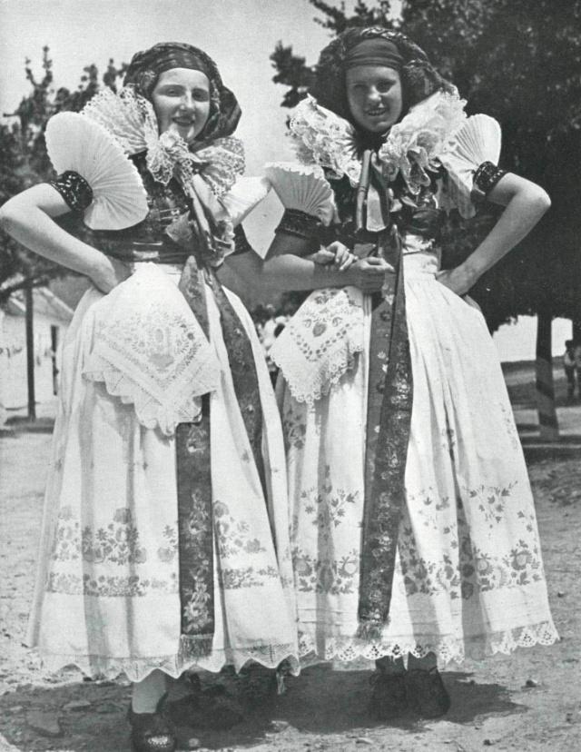 15_Женщины Ганы в костюмах 60 годов 19 в