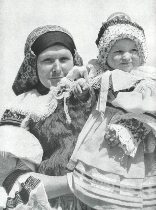 17_Мать и дитя в современном платье - Влчнове.