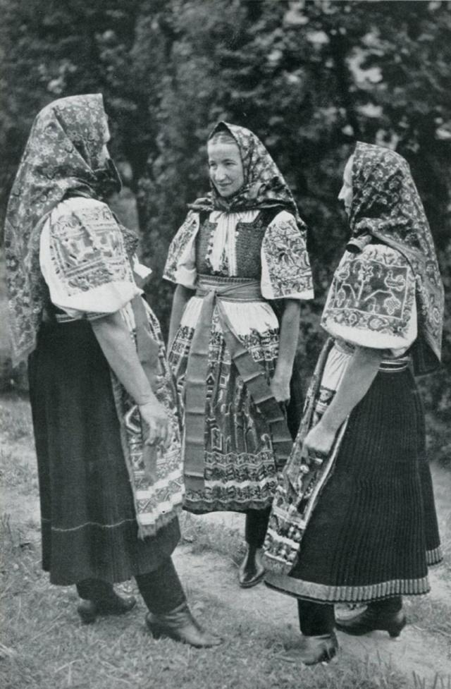 20_Молодые женщины в праздничных костюмах. Tren.Teplice