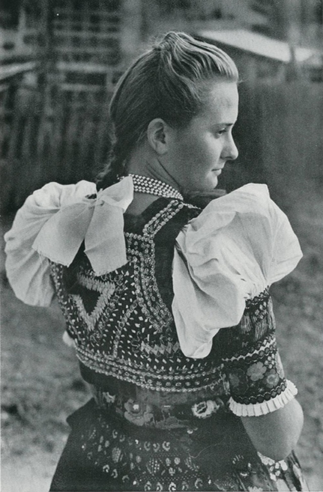 27_Девичий праздничный костюм. DOBRÁ NIVA (Словакия).