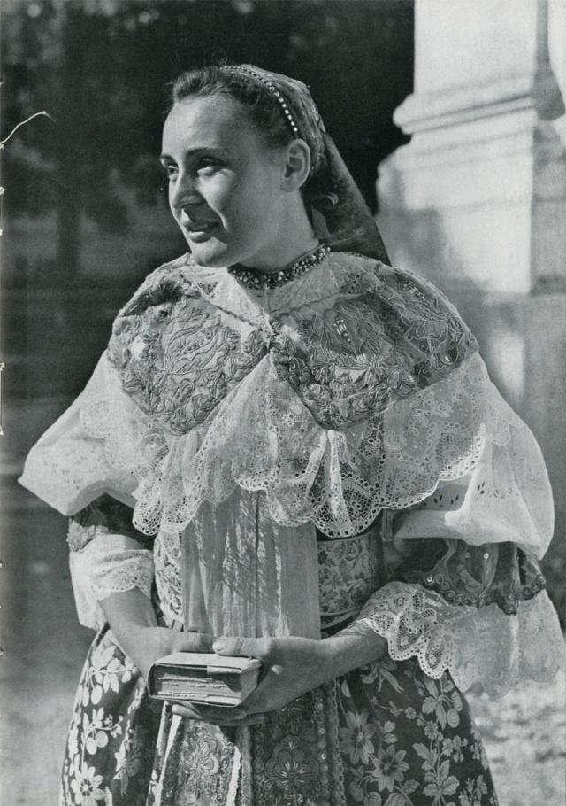 32_Невеста в свадебном костюме на первом оглашении. Яблоница (Словакия).